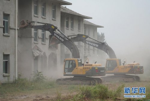 2018年8月14日,大型机械对陕西西安市鄠邑区蒋村镇的违建别墅进行拆除。新华社记者 邵瑞 摄