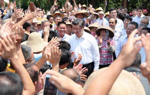 2018年4月13日上午,习近平在海口市秀英区石山镇施茶村考察时,同闻讯前来的村民亲切握手。新华社记者 谢环驰 摄