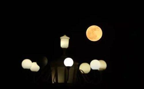 """新年首次""""超级月亮""""现身!来看长春的霓虹灯和月亮如何搭配"""