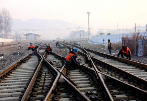 副工长卢继凯,工长姜鹏,职工杨赫,李生富在对轨道电路检查.