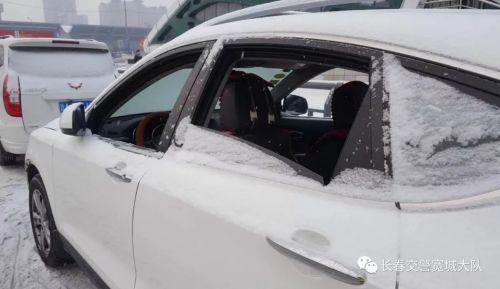 车主大意未关车窗 细心交警风雪中守候