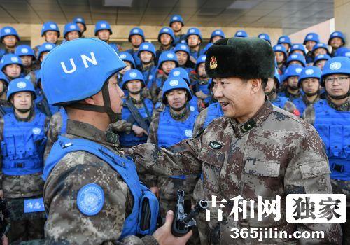 赵雷将军勉励战士阎希杰一定要为世界和平做?#27605;祝?#20026;祖国争光