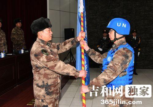 赵雷将军向维和大队工兵分队授旗