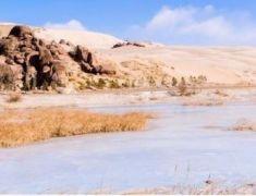 最美大漠响沙 茫茫沙地中还有一汪湖水