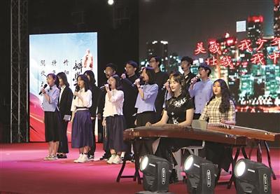 图为学生们在表演历史情景剧《觉醒》 本报记者马彬摄