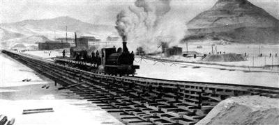 ▲吉敦铁路修建中铺设的冰上铁路作业情景 摄于1927年