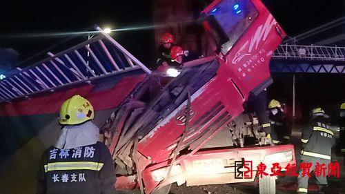 长春市武汉路光华学院附近翻斗车厢弹起撞垮天桥砸扁车头1人被困
