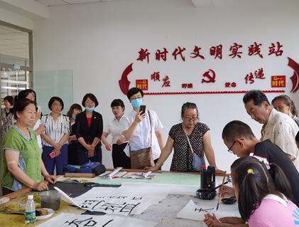 桐雨社区书画室内正在开展公益书法班讲座
