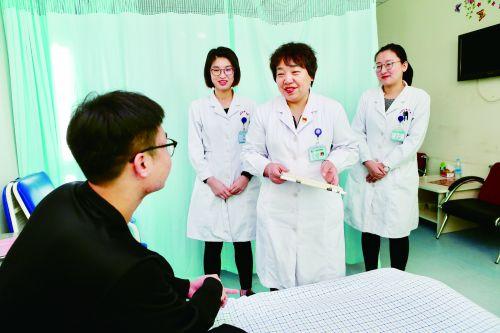 图为燕利娟主任正在带领科室医生查房