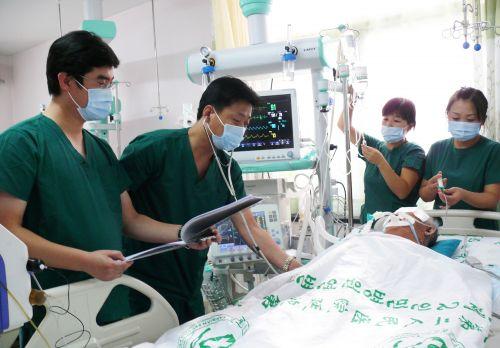 崔瑛(左二)延边第二人民医院ICU病房进行诊疗工作