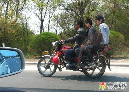 长春/5月9日,在净月潭附近的长青公路7公里附近,一辆载有3人的摩托...