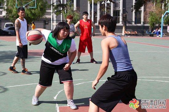 5月25日14时许,一个一脸稚气身材还稍胖的女生来到长春市体育馆户外篮球场,说要和男生们一起打球。起初,男生们并没有把这个十几岁的小女孩放在眼里,可是,这名女生的表现却让男生们目瞪口呆。 球技精湛男生根本防不住 交叉步、胯下运球、变向过人……一连串连贯娴熟的花式篮球动作过后,防守她的男球员被轻松晃过,随着这名女孩轻松上篮得分,全场男球员都被她漂亮的动作和球技惊呆了,其他球场的男生们也都凑了过来,围观这个敢和男生叫板的女生。防守她的球员也认真了起来,但就算犯规也没能阻止她得分,其