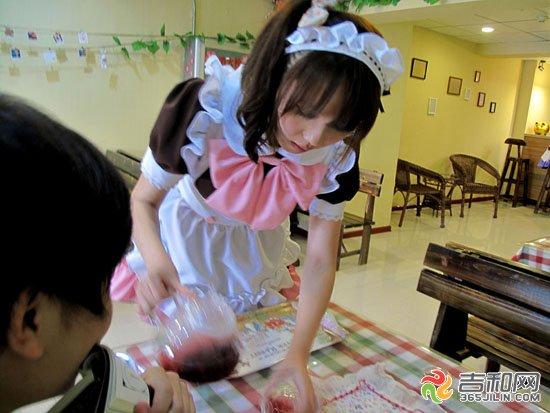 """2012年5月28日,吉林市首家大学生开的""""动漫""""女仆咖啡厅正在试营业。""""您好,欢迎光临。""""身穿女仆装的服务员用日语接待客人,让人感到很是新颖。女仆餐厅是源自日本动漫中的女仆文化,在日本,这类餐厅基本也是服务于ACG(动漫、动画、GAL游戏爱好者)迷们,除了进门叫一声""""主人""""、为客人端茶外,穿着欧式传统女仆服装的女服务员还会提供陪客人打牌、玩游戏等服务。""""我喜欢动漫里的各种人物,所以大学毕业后我就想自主创业,开一家动漫主"""