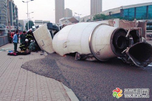 四平罐车闯红灯肇事 导致65岁老汉和8岁女孩死亡
