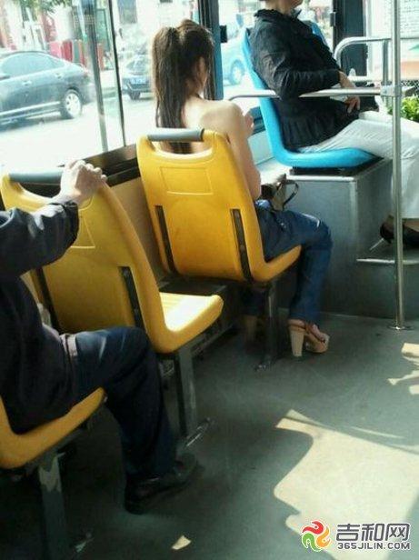 吉林市女子半裸上身坐公交 上演女版皇帝的新