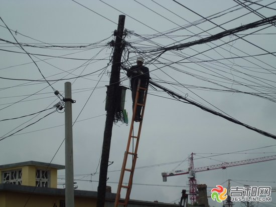"""工人维修接线 """"应该是凌晨的时候刮断的,早晨起来就这样了。""""3日,在松原市江北团结街附近的平房区,由于雨天风大,将电话线刮断,部分居民的电话通讯受到影响。目前,维修人员正在加紧抢修。 3日凌晨,松原市江北下起了大雨,同时风也比较大,位于团结街附近的平房区附近的电话线被刮断。在现场,可以看到电话线的线盒已经损坏,地上还散落着被刮掉的黑色电话线。 """"这都是被风刮掉的,电话线掉了一地。""""附近居民钱先生说。电话线损坏,使附近部分居民的通讯受到影响。 目前,维修人员"""