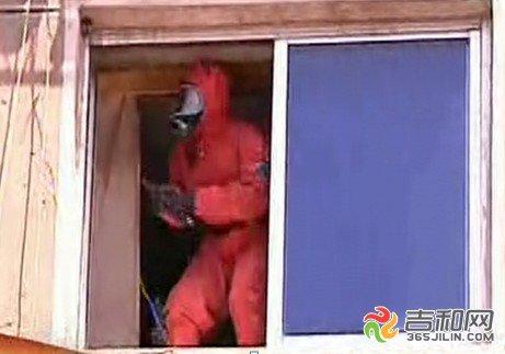 民宅窗外马蜂筑巢 长春消防官兵穿防化服除巢