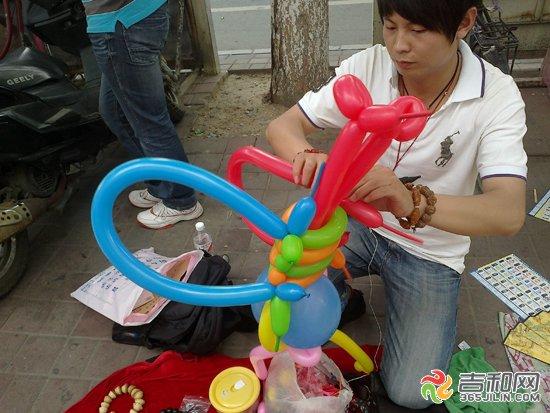 """19日15时许,记者在长春市长春国际贸易中心门前,发现一个男子用气球编制出小蜜蜂形状的玩偶。 记者发现,男子脖子上挂着一个小型充气筒,手中拿着的长条状气球。他快速的用充气筒充好气球,然后通过挤压气球中的气体使气球改变形状,再一扭、一绕、一系,把气球固定并编连起来,最后就编制成了一个可爱形象的小蜜蜂玩偶,整个过程一气呵成。 """"顾客想要什么我基本都可以做出来。""""男子说。这样大小的一个玩偶制作只要大约一分钟,可以保存7天左右,每个的售价是10元,他的生意一直都很好。(迟飞 李宇豪)"""