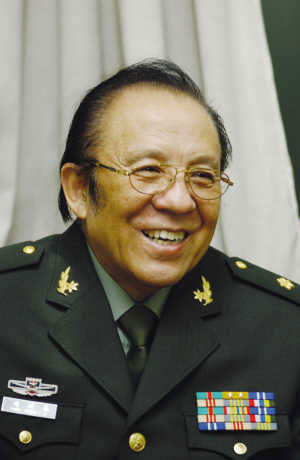 洪基少将 总政歌舞团著名歌唱家、国家一级演员,代表作:歌曲《滚