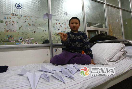 纸飞机承载着男孩的飞行梦