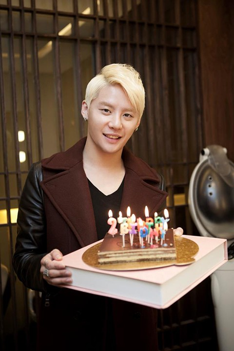 """""""    公开照中,金俊秀拿着可爱的生日蛋糕,微笑着看着镜头."""