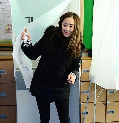 近日sistar多顺在韩国第18届总统投票现场拍下认证照