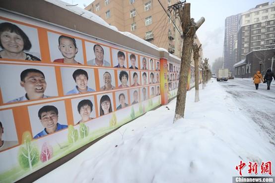 """长春有面百米长""""笑脸墙"""" 社区居民笑脸照喷上墙(3)图片"""
