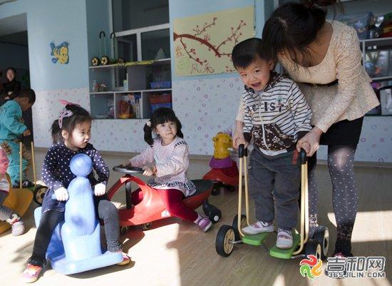 小男孩开始上幼儿园