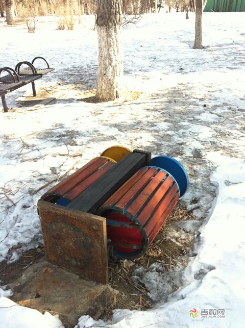 长春南湖湖心岛五个垃圾箱倒地 市民:有损园区景观