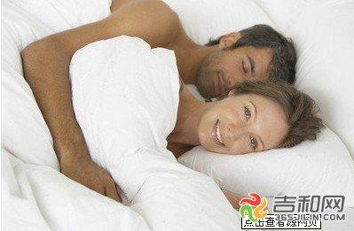 夫妻床上10大禁忌 这样的夫妻睡姿最伤身(资料图)-睡眠日盘点夫妻