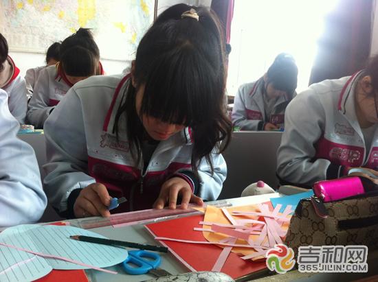 学生在制作手工艺品准备义卖