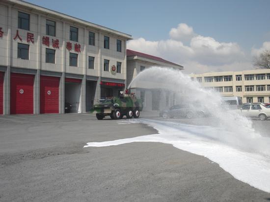 消防装甲车喷射的水柱