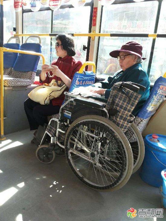 暖心一幕 七旬老人坐轮椅上公交车