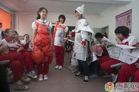 """王振东 小学生/""""模特""""展示塑料袋和废报纸做的""""时装""""记者王振东摄"""