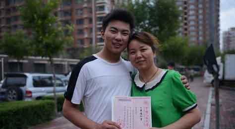 等候已久的录取通知书,读你千遍也不厌倦 本报记者 刘阳 摄-东北师大