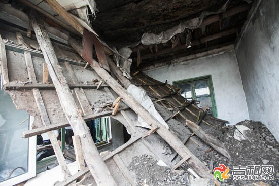 长春小南街平房顶棚坍塌 男子拳头击碎玻璃救出妻女
