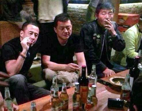 傳李亞鵬離婚后現身酒吧 獲好友楊坤安慰點煙不斷圖片