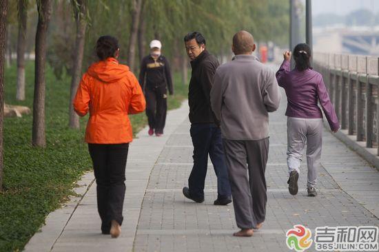长春伊通河男子光脚跑步 称可增强男性性功能 吉和网10月10日报道 在长春市伊通河河堤路上,一名中年男子光着脚跑步,男子说,光脚锻炼对身体特别有好处,还可以提高男性性功能。 10月10日早上,记者在长春市伊通河河堤路上看到,一名中年男子脚下没有穿鞋,在河堤路上跑步。这条马路看起来很平整,实际上有很多不平的突起,摩擦力很大,很容易伤脚。男子说,他已经光脚跑步坚持了大半年,平时外出也是光脚,对身体有好处,原来他有高血压,现在也缓解了,同时还能提高男性性功能。 记者 胡海宾 摄影 王振东