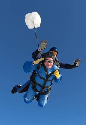 美国百岁老人从3900米高空跳伞庆祝生日