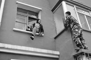 长春吉盛小区七旬老人欲跳楼 被二道消防成功解救